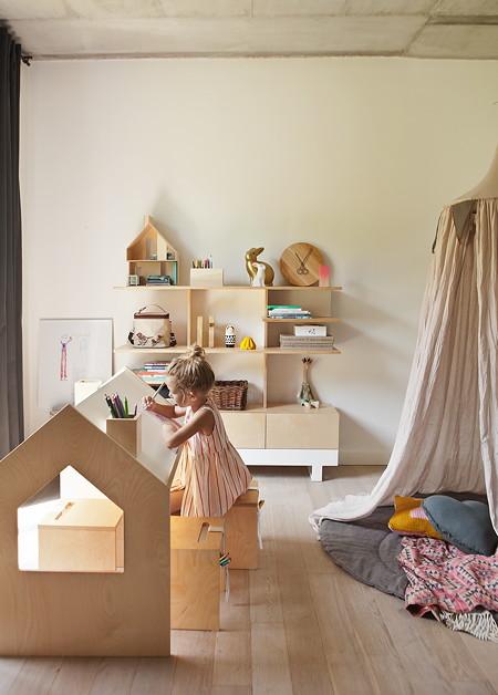 """Multifunktional – Schreibtisch """"Roof"""" von Kutikai ist Arbeitsplatz und Spielhaus in einem"""