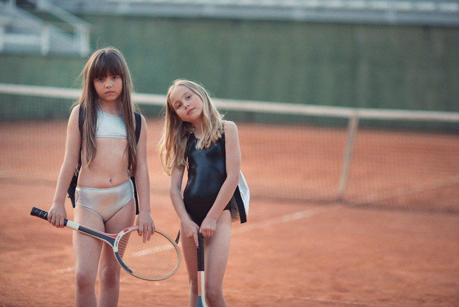 In der coolen Swimwear von Andorine kann man sich auch außerhalb der Schwimmhalle blicken lassen oder auf dem Tennisplatz