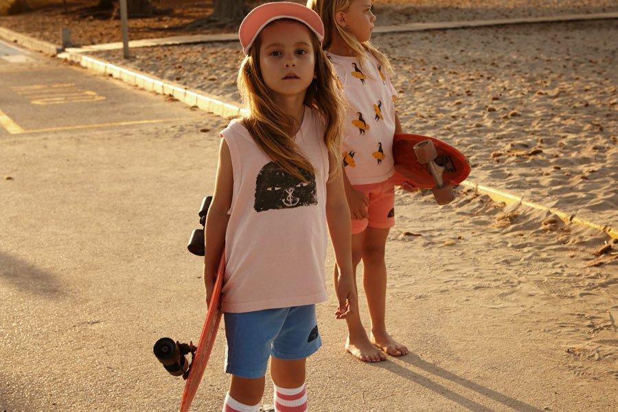 Nein, wir sind hier nicht in L.A., sondern auf Mallorca: Streetwear für Kinder mit coolen maritimen Prints