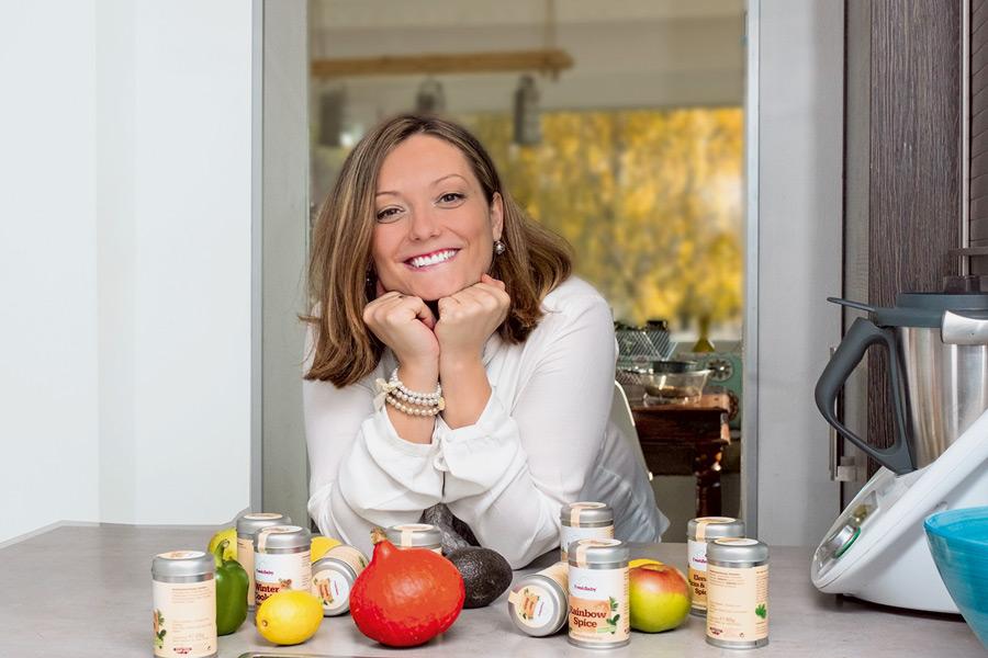 Dipl. Kinderernährungscoach Svetlana Hartig mit der eigens kreierten FreshBaby-Gewürzlinie. Foto © Janet Efrati