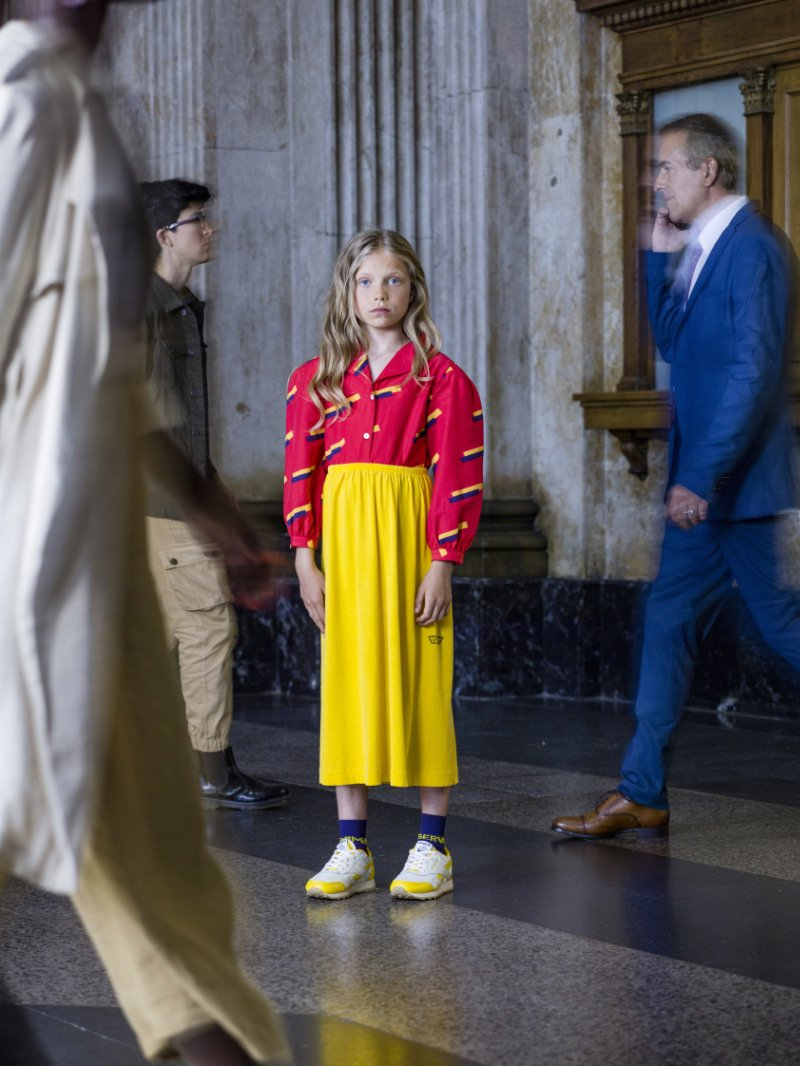 Auf leisen Sohlen wandelt die Schönheit: Laia Aguilar setzt auf leuchtende Farben und macht damit beim Outfit nicht Halt