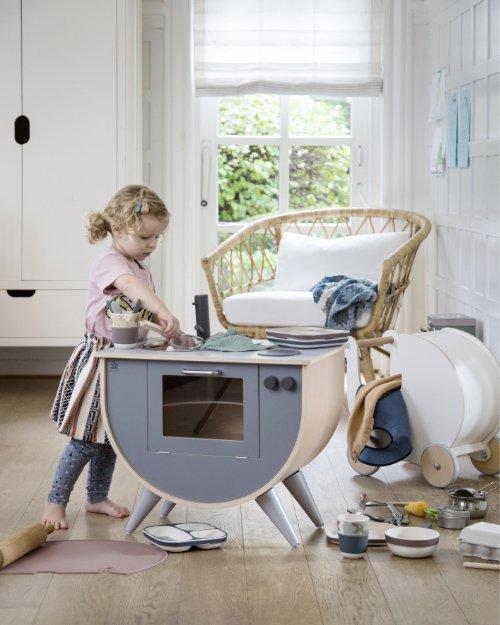 Spielküchen fördern das aktive Spielen und schön anzusehen, wie das Modell von Sebra, sind sie auch