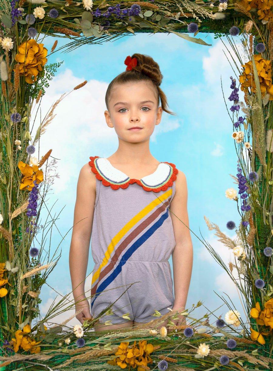 Springinsfeld Lana in einem Jumpsuit von BOBO CHOSES via Smallable, Kragen & Haarspange MISHA & PUFF