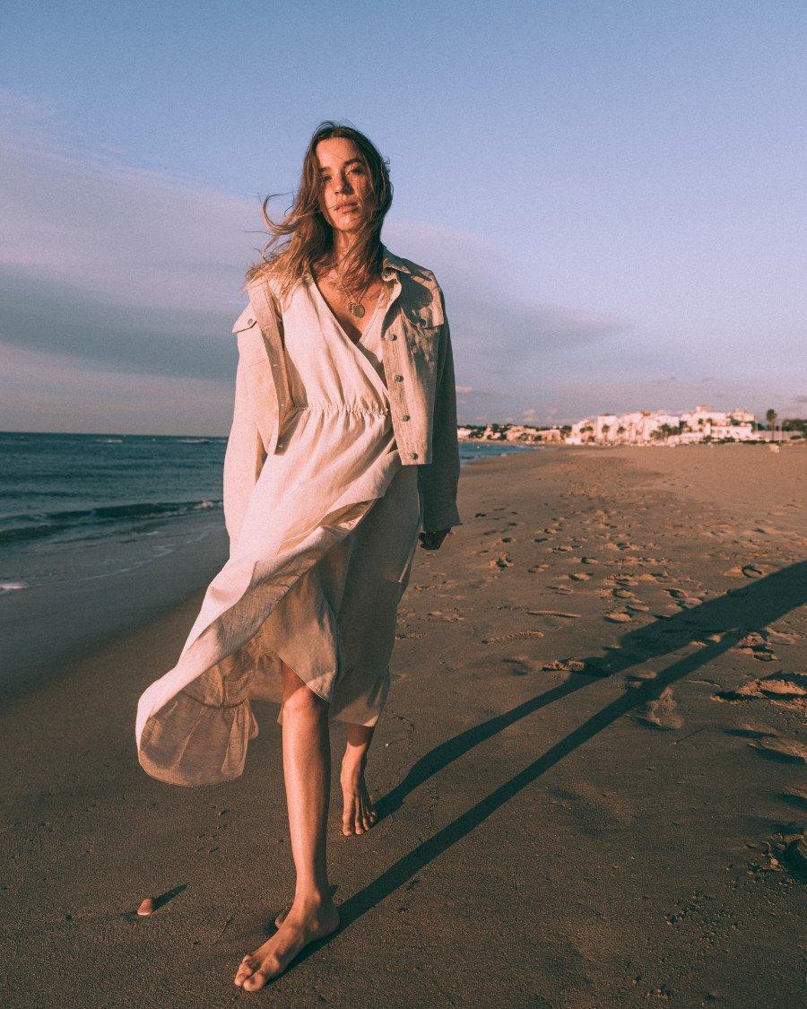 La Mer verlangt nach Leinen: Diese Saison debütiert THE NEW SOCIETY mit natürlichen Sommer-Looks für Frauen