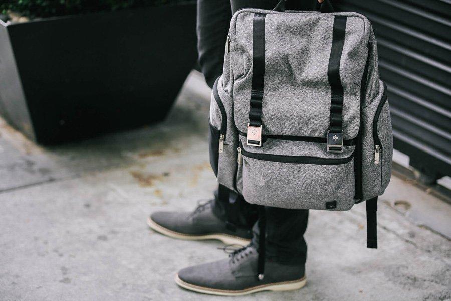 Lang lebe die Wickeltasche! Dank der Teflon Oberfläche sieht Rucksack HATCH auch nach Jahren immer noch gepflegt aus