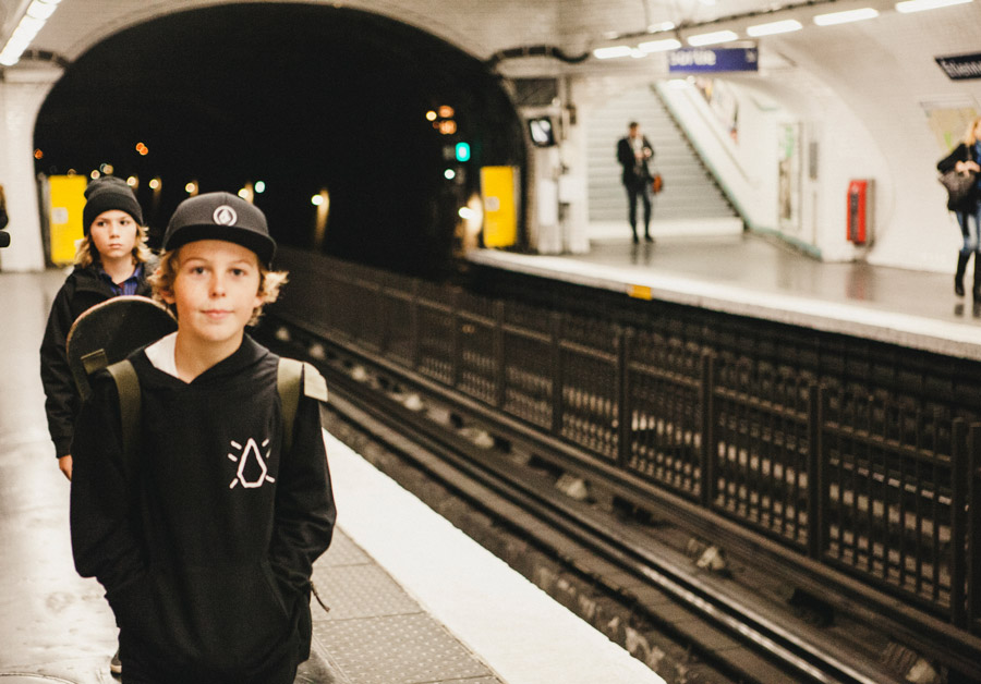 VOLCOM YOUTH Fall 2016 Collection – mit dem Skateboard auf dem Rücken durch den Metro-Dschungel. Photo © Sergio Villalba