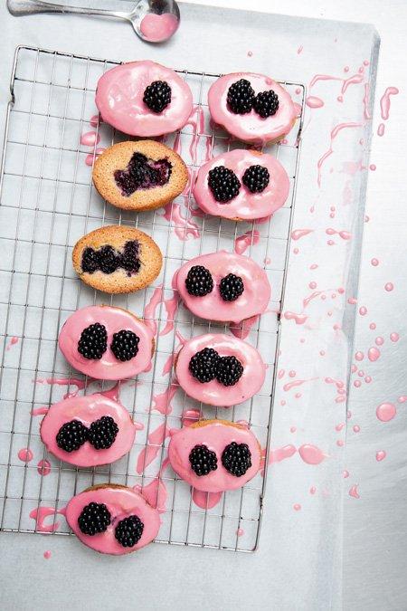Raffinierte Dessertrezepte: Die Friands sind nicht nur rein optisch gesehen absolute Leckerbissen. Foto © Peden + Munk