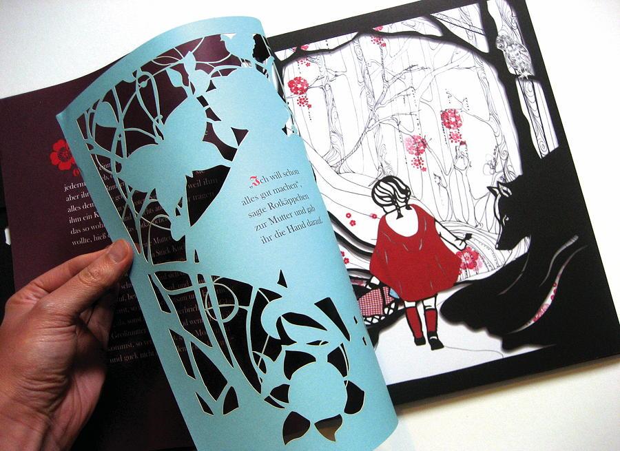 Rotkäppchen macht sich auf den Weg zur Großmutter... Jede Seite im Märchenbuch ist kunstvoll gestaltet – Photo: Privat
