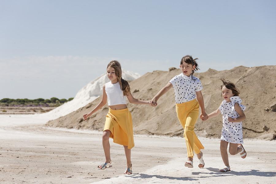 """MOTORETA Salt Sun South – die """"Baza Blouse"""" und der sonnengelbe """"Carlota Skirt"""", das """"Cordoba Shirt"""" kombiniert mit der """"Alameda Pant"""" und das gepunktete """"Manuela Dress"""""""