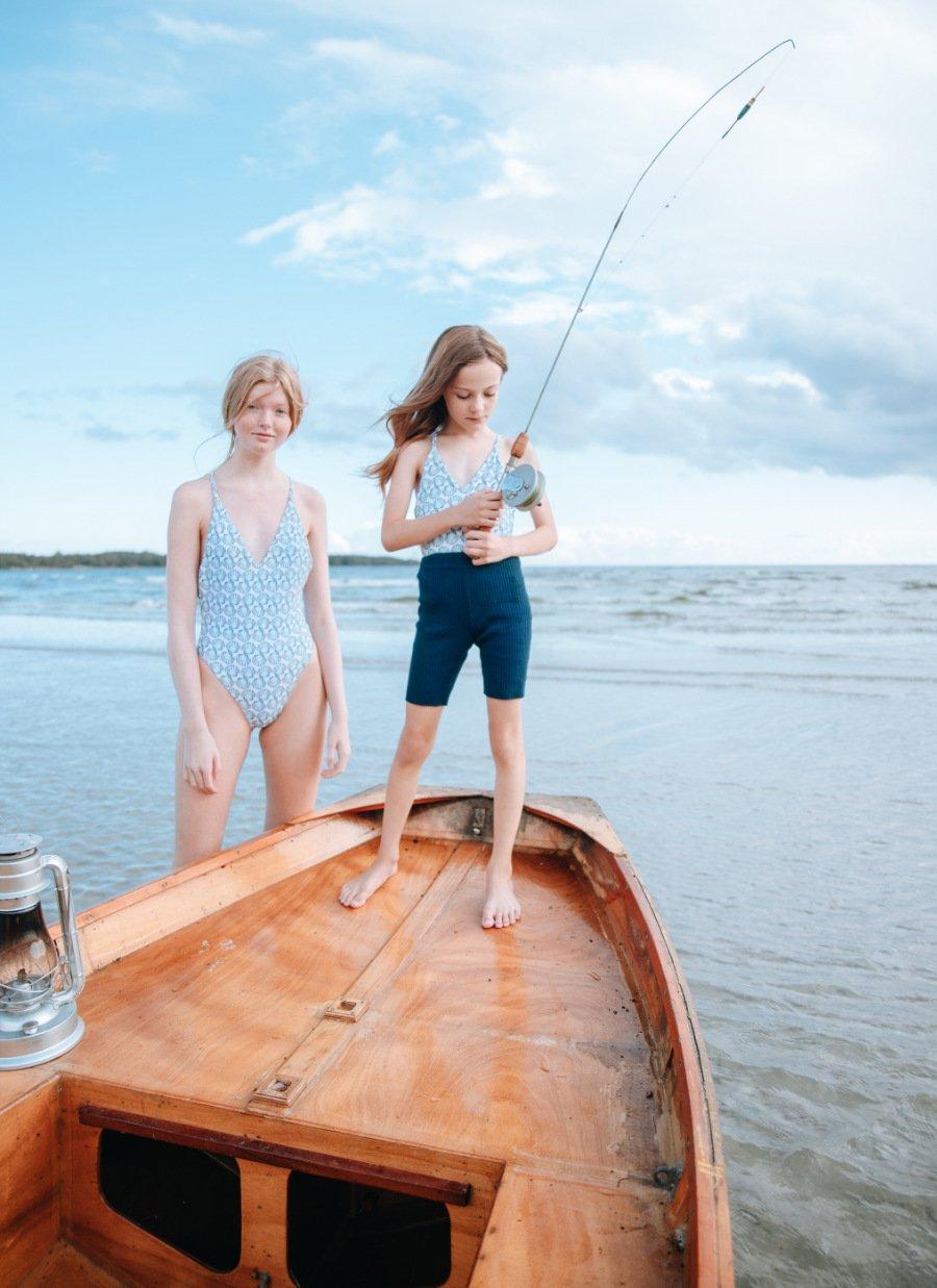 Angeltour in den Mutter-Tochter-Outfits von FISH & KIDS. Der Köder? Retro-Charme und Sea Soul