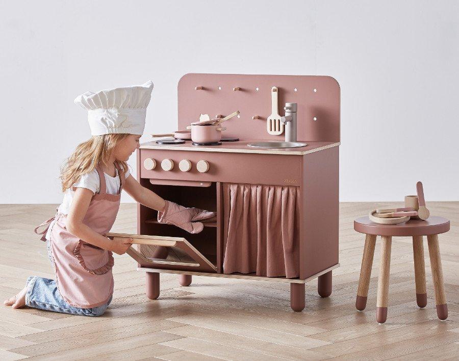 Harmonische Kochkunst: Passend zur Küche gibt es bei Flexa ein Kochkostüm, ein Geschirrset sowie ein Topf- und Pfannenset