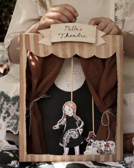 Beim Puppentheater basteln kennt die Kreativität keine Grenzen: Milla hat ihre Puppe ganz in FORIVOR gekleidet