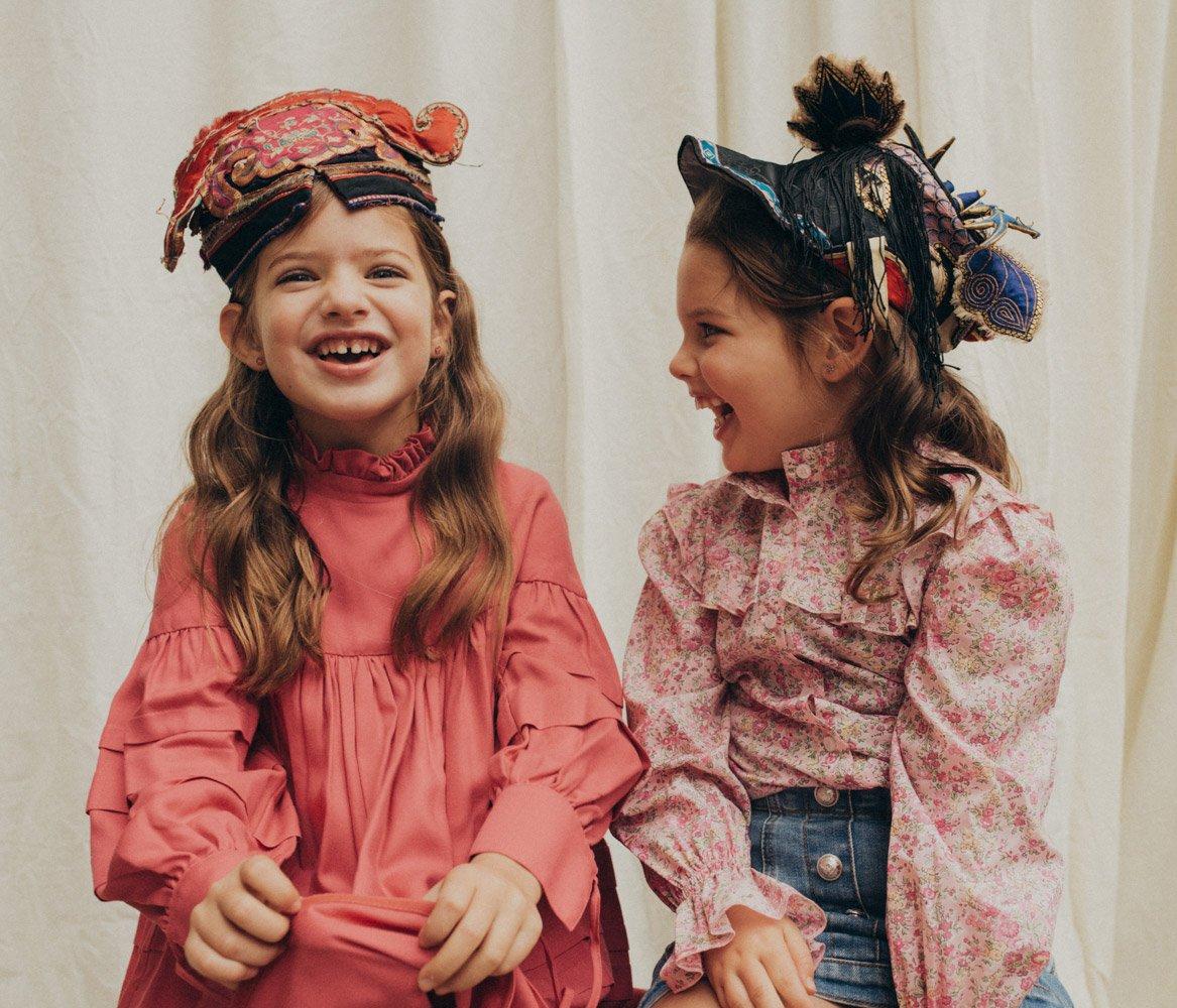 Lockdown-Outfits für Sonntagskinder: Cloes Kleid VALMAX, Isabels Bluse PHILOSOPHY di Lorenzo Serafini, Rock BALMAIN