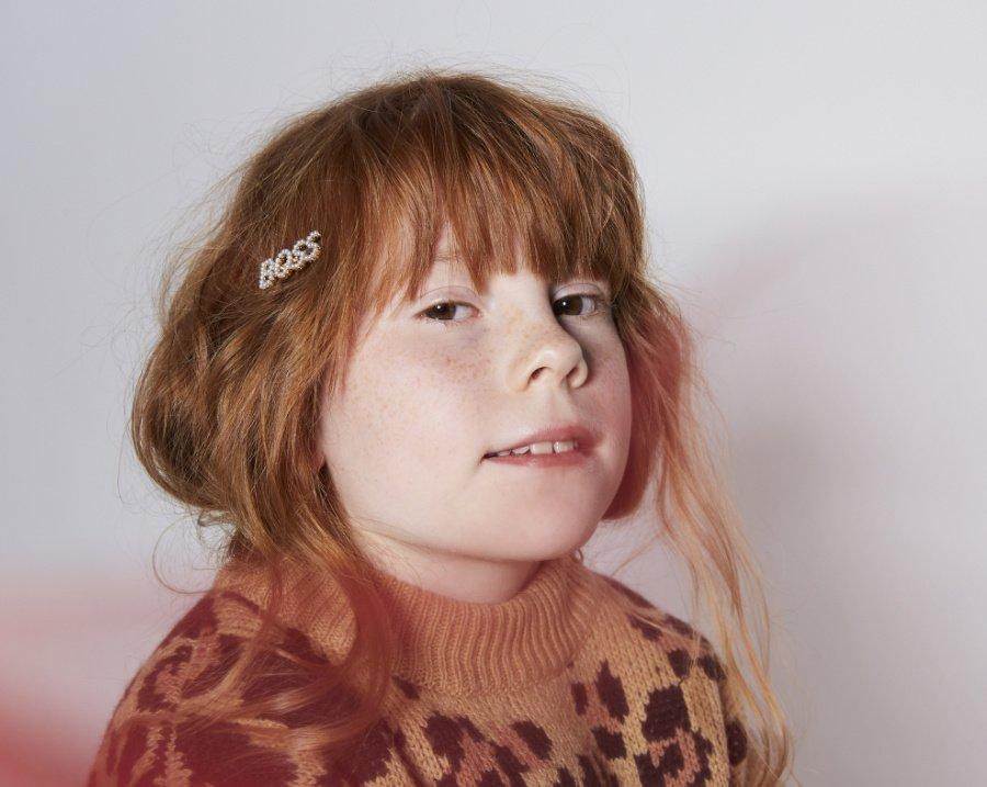 Romy liebt Basics für den Winter mit Roar-Effekt: Der Leo-Pullover von MINI RODINI verleiht selbst einer ollen Jeans den gewissen Glamour-Faktor