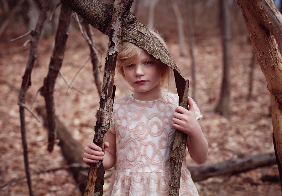 Schön, wie eine Rose im Winter – Stickereien aus Wollgarn verzieren dieses Kleid