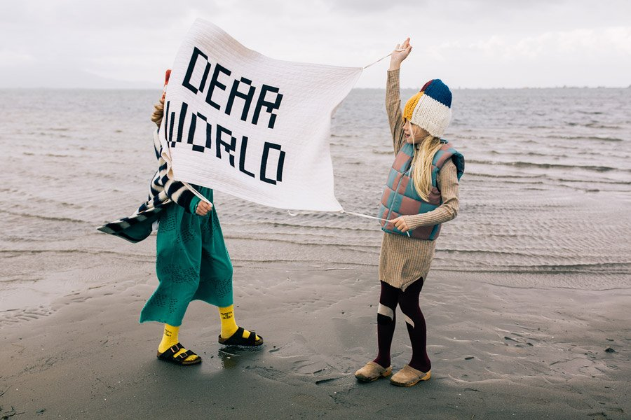 Dear World! Den Wandteppich aus der Home Collection kann man notfalls auch als Transparent zur Umweltdemo mitnehmen