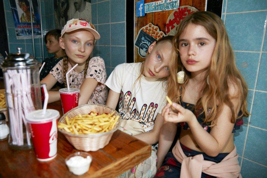Eat Fast Food but wear Slow Fashion: die Illustration auf dem T-Shirt (Mitte) stammt von der dänischen Künstlerin Kitt Stuart Schwenn