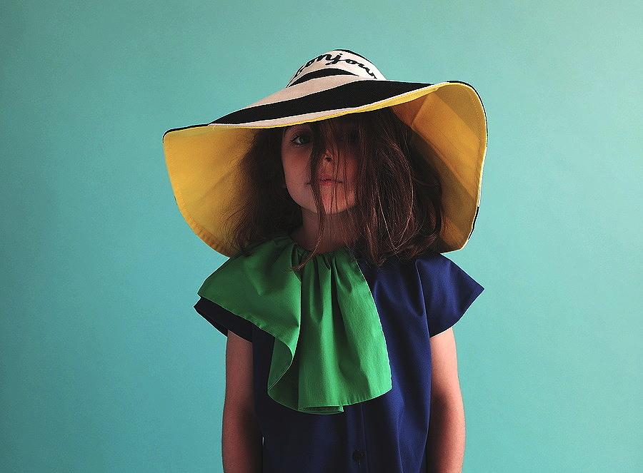 Très très chic – das Kleid AMÁLIA und der Sonnenhut BONJOUR in expressiven Pop-Art Colors