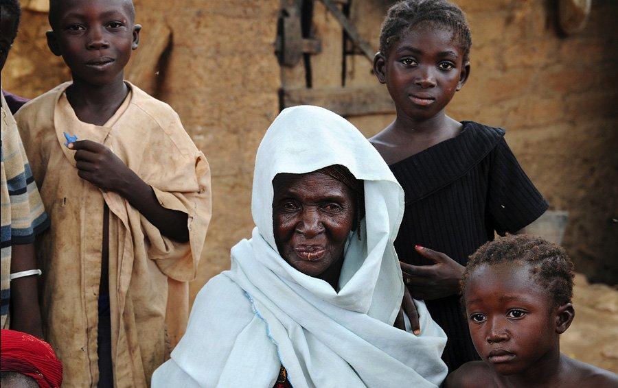 Ombos Familie im Dorf Nombo in der Region Dongoland