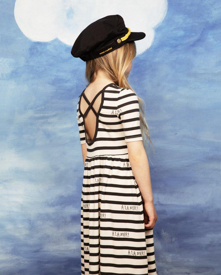 Es muss nicht immer das Shirt sein: MINI RODINI zeigt die Marinière als Strandkleid im 90s Stil