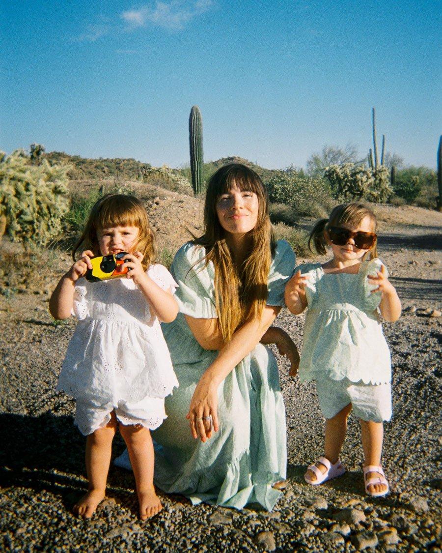 Autorin Naomi Davis trägt das salbeigrüne Wickelkleid, ihre Tochter das Pendant, ein Set aus Bluse und Shorts