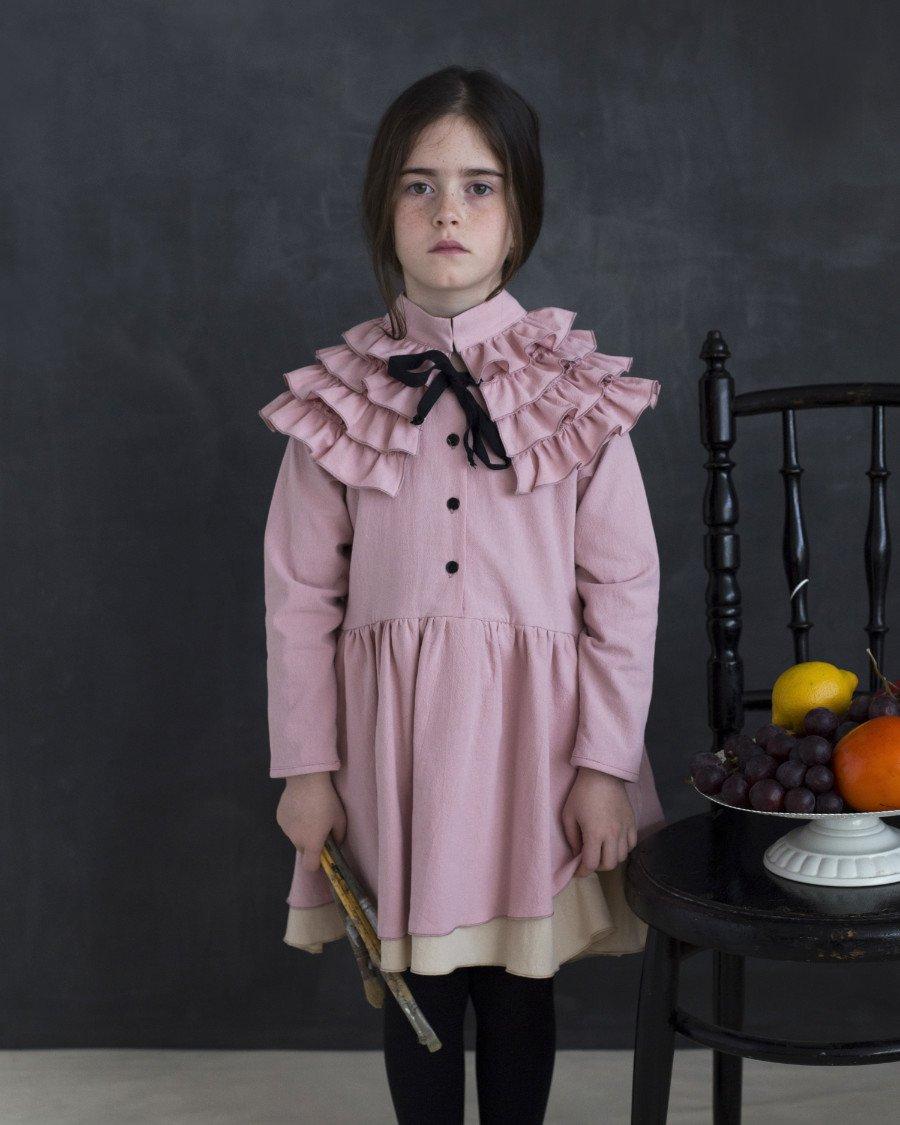 War hier Rembrandt am Werk? In altmeisterlichen Farben präsentiert Cristina Sánchez ihre romantische Kindermode für den Herbst