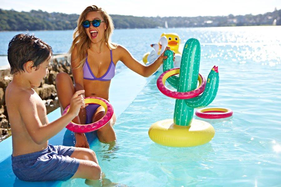 Poolspiel im Aussie-Style: Endlosen Spielspaß für Groß und Klein bringt der aufblasbare Kaktus mit Wurfringen © Sunnylife