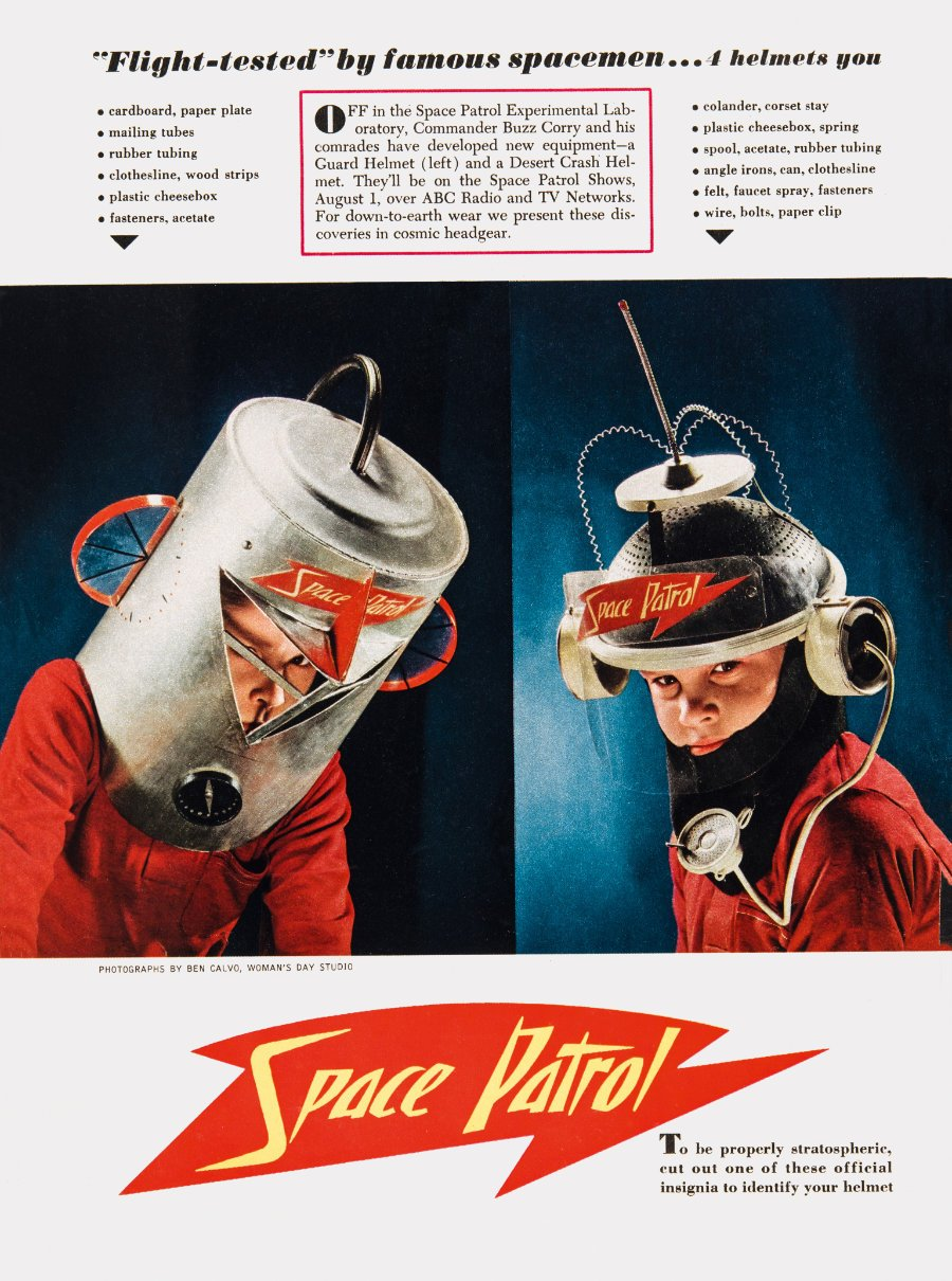 """Ein Helm wie Buzz Corry aus """"Space Patrol"""": DIY-Ideen aus altem Hausrat in der Woman's Day von 1953 © Jim Heimann Collection/Courtesy TASCHEN"""