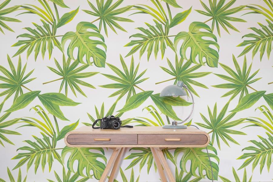 """Bringt sattes Leben und den Dschungel Brasiliens ins Haus: die Tapete """"Tropical Leaves"""" von Murals Wallpaper – © Murals Wallpaper"""