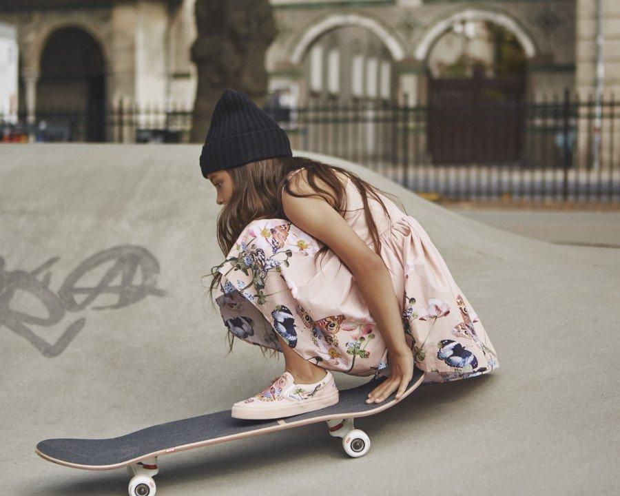 Für einen feenhaften Auftritt auf der Halfpipe: Vans x Molo propagiert den girlyhaften Skater-Style inklusive Racerback-Flatterkleid