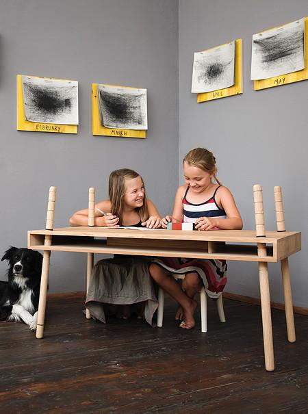 """Schreibtisch """"Caspar"""" von Perludi passt sich der Größe des Kindes an"""