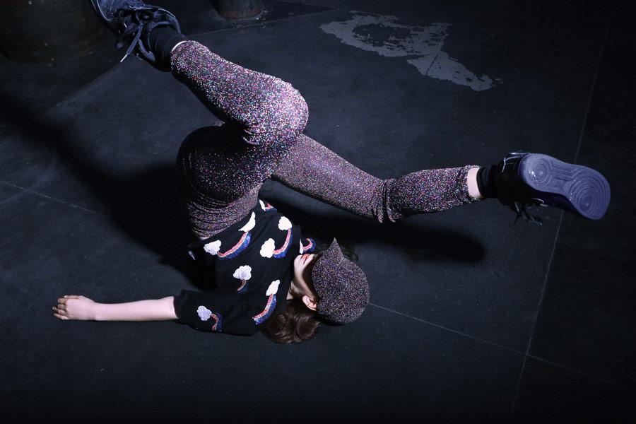 03s-kind-tanzt-breakdance
