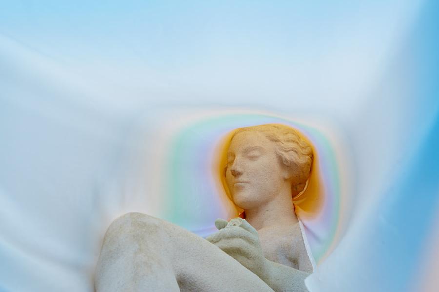 03s-statue-mit-seidenschal