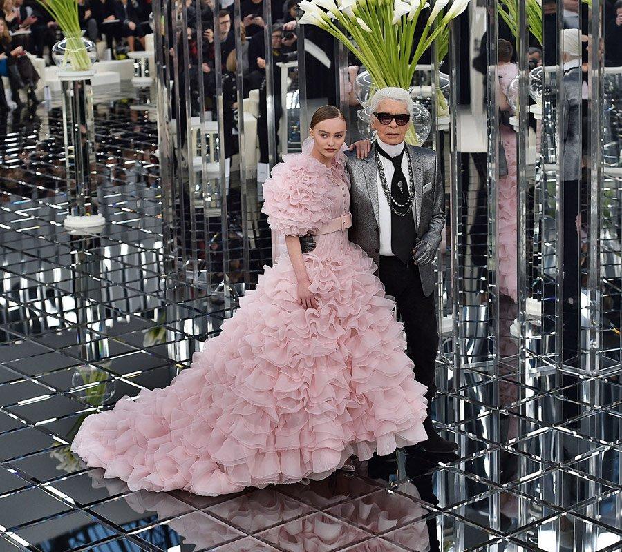 Chanel mit Chichi: Lily-Rose Depp in einer Haute Couture Robe von Meister Karl Lagerfeld © Prestel Verlag