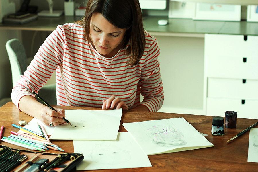 Beim Zeichnen der Kinderportraits vergisst die Künstlerin Raum und Zeit – Photo © Malina Ebert