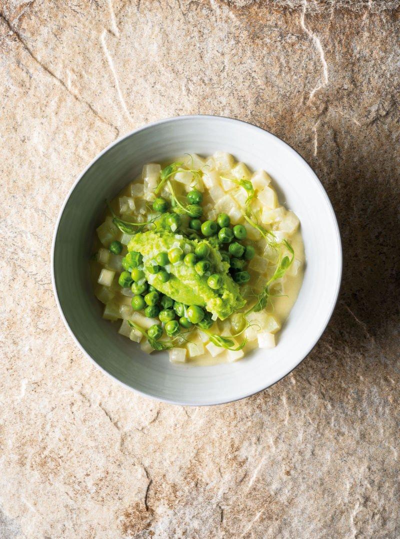Hier wird die Schönheit des Einfachen in einem Teller Erbsenpüree und ganzen Erbsen auf Rahmkohlrabi zelebriert