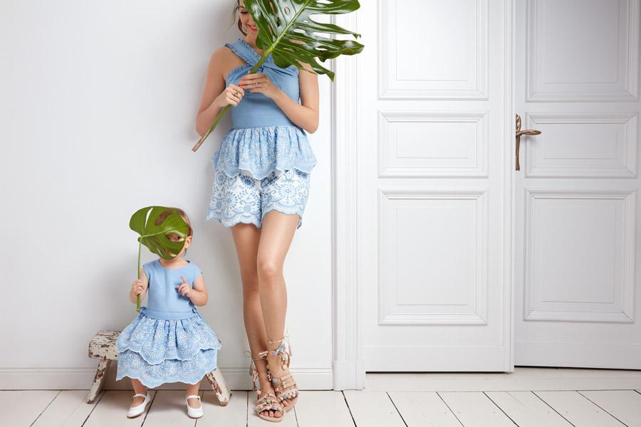 """Wo bin ich? – Johanna Klum und Tochter """"Babyklum"""" spielen stilvoll Verstecken in Hellblau"""