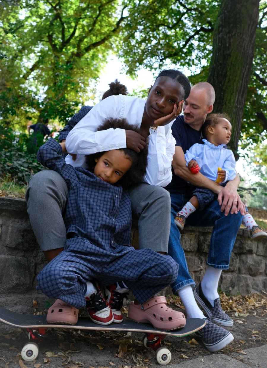 Family Portrait in fairer Mode: Die neue IVY & OAK Mummy & Mini Kollektion steht für ethische und nachhaltige Kinderkleidung