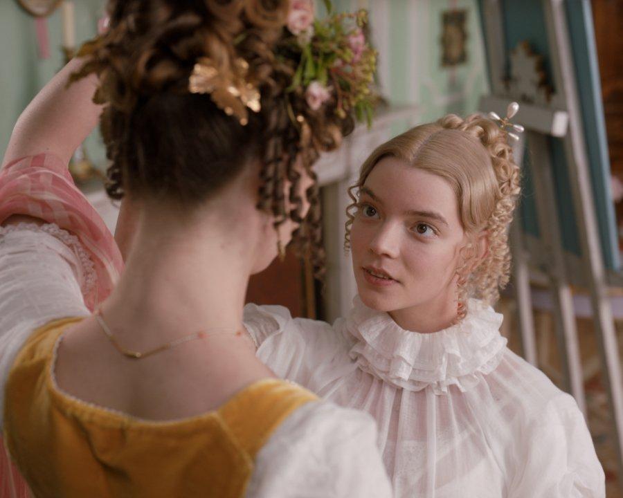 Emma arbeitet akribisch an ihrem Langzeit-Projekt Miss Harriet Smith. Image © Universal Pictures Germany