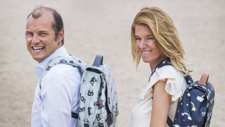 Würden selbst nochmal gerne die Schulbank drücken: Bruno Piers und Hélène Fransen mit zwei ihrer bunten Retro-Schulranzen