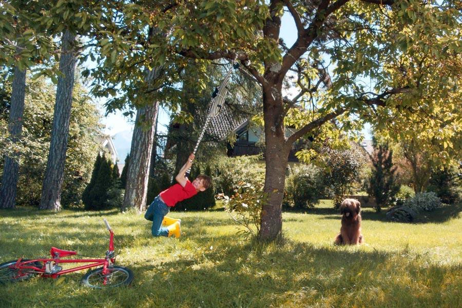"""Die Sweater für Kinder von Petit Bateau halten einiges aus, selbst wenn sich """"Tarzan"""" damit durch die Baumkronen schwingt"""