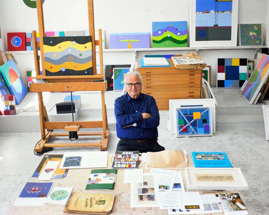 """Karl-Gustav in seinem Atelier: Mit """"COLOURS"""" zeigt Herr Nilson, dass sich Kunst in der Mode zu Hause fühlen kann"""