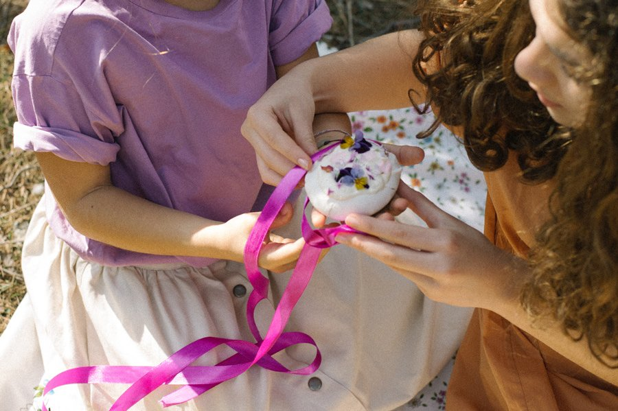 Bewusste Mode jenseits des Gender-Designs: Das violette Oversized-T-Shirt aus Bio-Baumwolle ist auch für Jungs gedacht