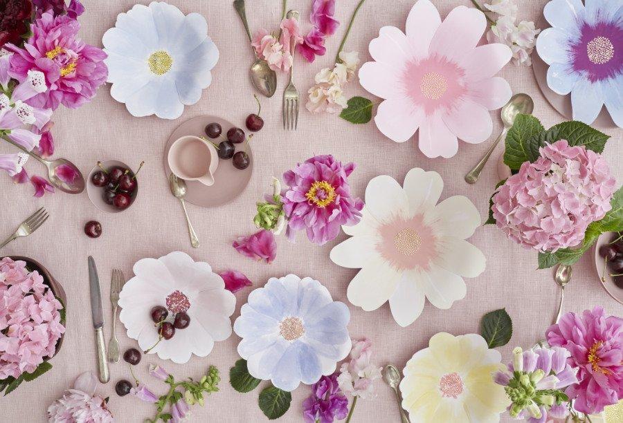 Blumiges Stillleben: Diese romantische Tischdeko hätte auch einem Monet oder einer Marie Antoinette gefallen