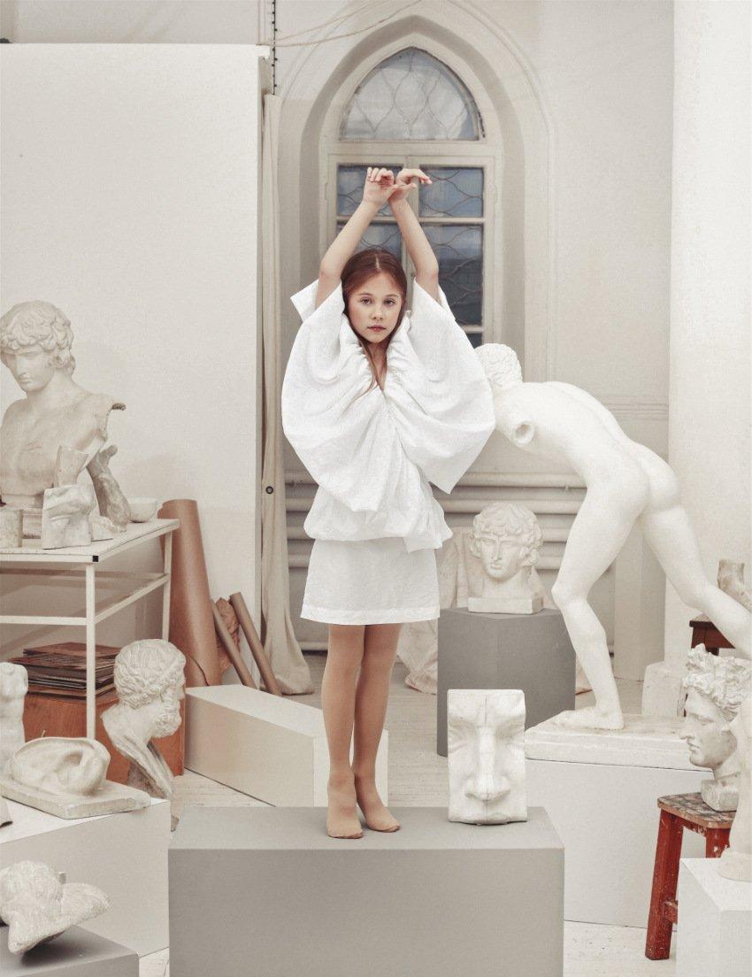 Party-Outfits für den Winter müssen nicht glitzern: Das Aphrodite Dress verleiht die Anmut einer griechischen Göttin