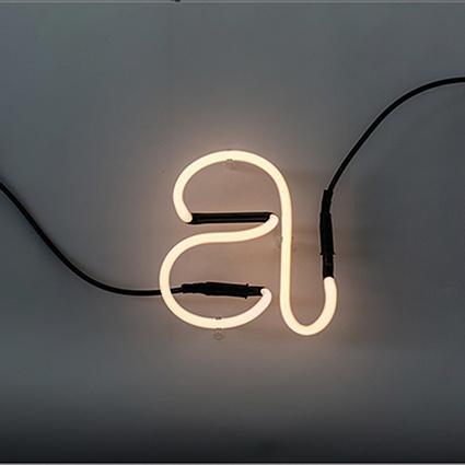 Neon Buchstabe von Seletti über smallable