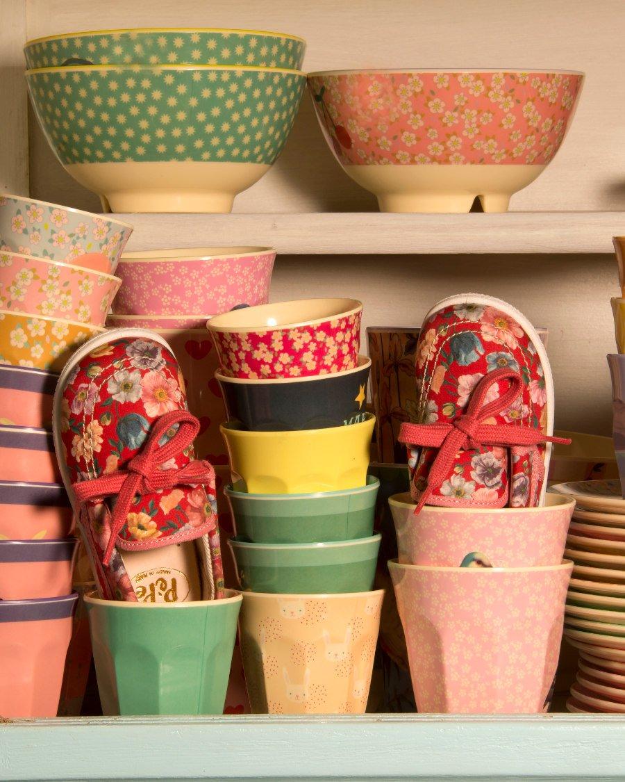 Die Loafers von PÈPÈ im Liberty-Print erinnern an traditionelle chinesische Schuhe