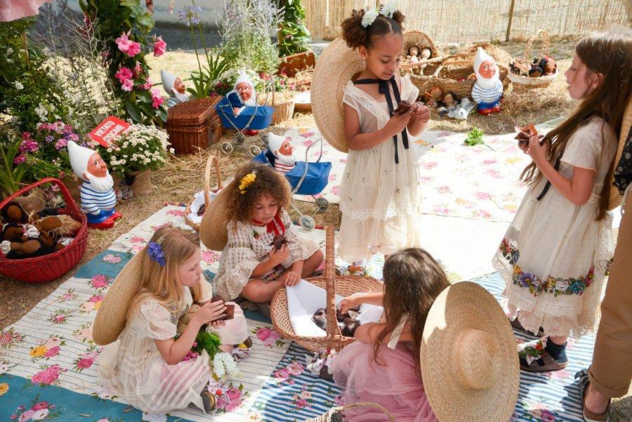 Nostalgisch, aber im Hier und Jetzt: Péro verbindet Traditionshandwerk mit zeitgemäßer Kindermode – Image © Francesco Guazzelli