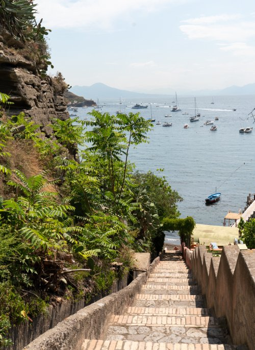 Stairway to the Beach: Vom Campingplatz sind es zehn Minuten zur Spiaggia di Chiaia