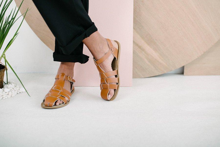 Wie die Kindersandalen schmiegen sich auch die Damenmodelle durch ihr weiches Leder perfekt an den Fuß an